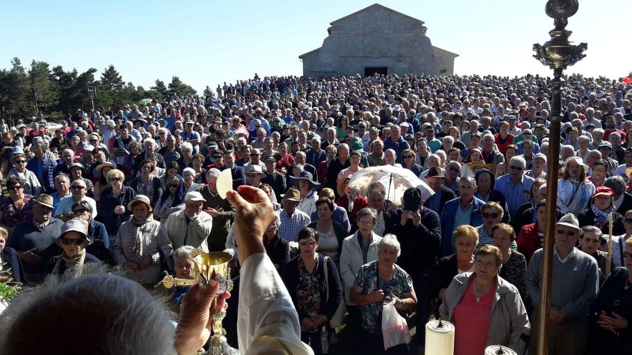 Un domingo lleno de romerías en Chantada, Quiroga y Sober.Celebración de una misa de campaña frente al santuario de Santa María do Faro