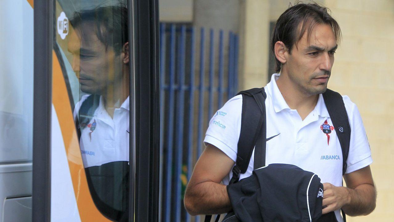 Batalla campal entre aficionados del Alaves y el Racing de Santander.Folch pugna por un balón con Moi Gómez en el Sporting-Oviedo