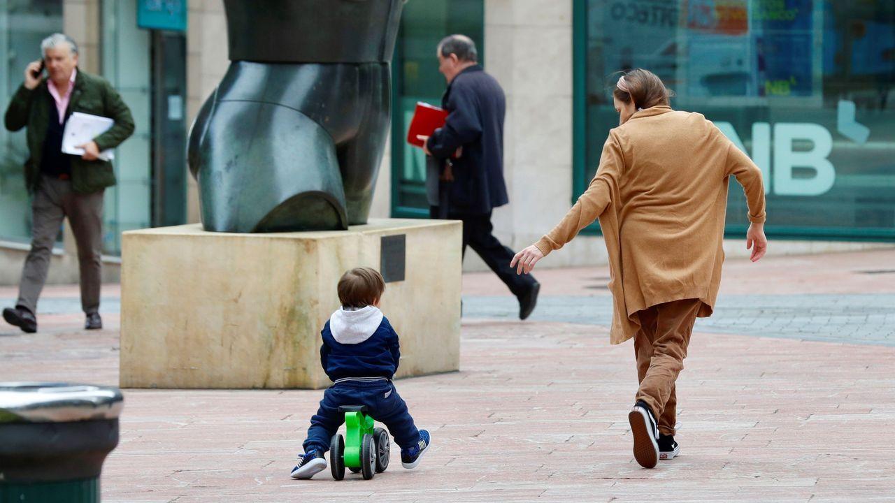 Un padre pasea con su hijo en Oviedo