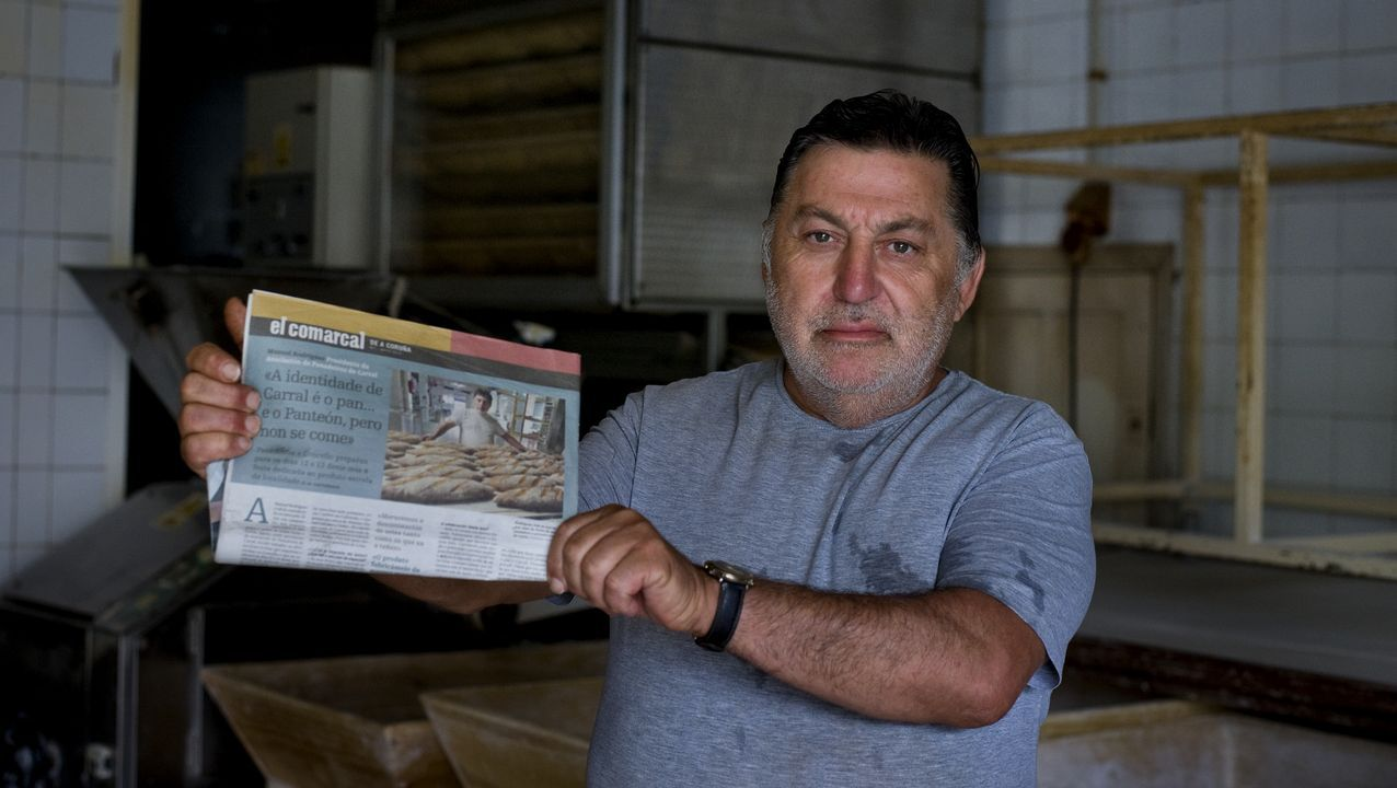 La vida de un navegante solitario.Manuel Rodríguez amosa a contraportada que protagonizou no primeiro exemplar de El Comarcal.
