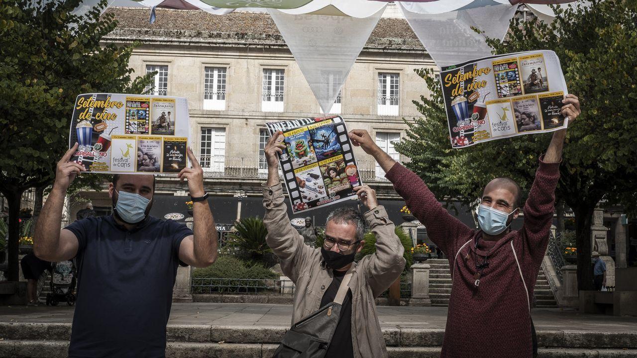 Diego Fernández, Roberto Paz y Miguel de Cabo enseñan el cartel del Cineclub con las películas de septiembre
