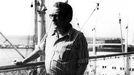 Celso Emilio Ferreiro, con el puerto de Caracas de fondo, el día en que el tomó el barco para regresar a España