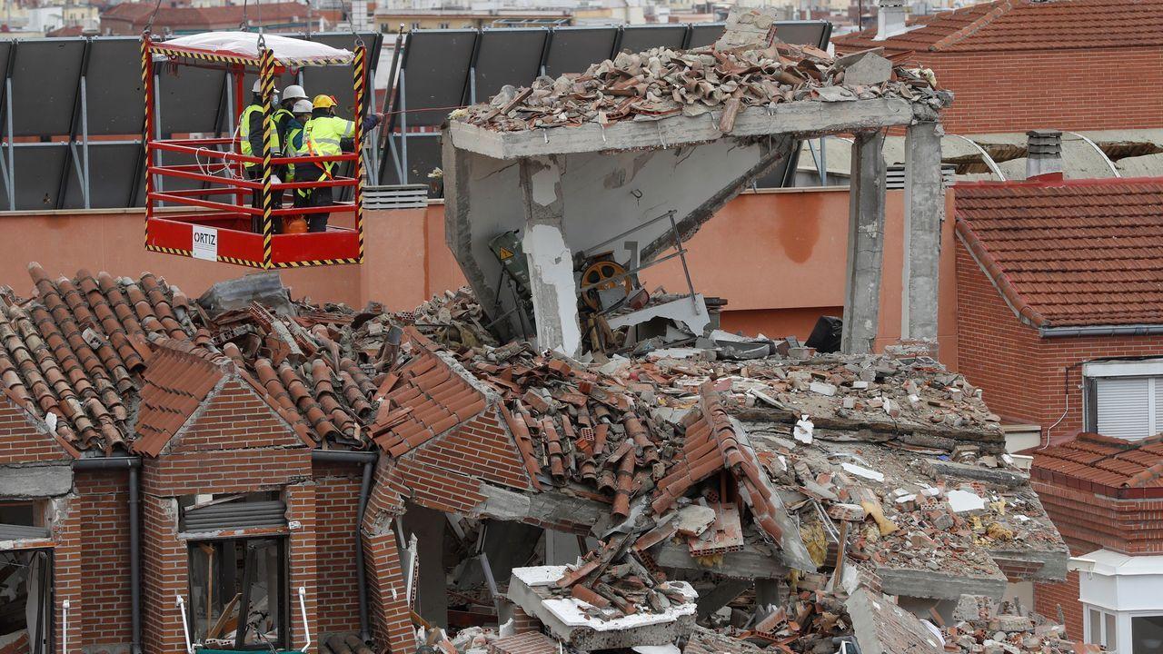 Varios expertos comprueban los daños ocasionados tras la explosión registrada ayer en el número 98 de la madrileña calle Toledo