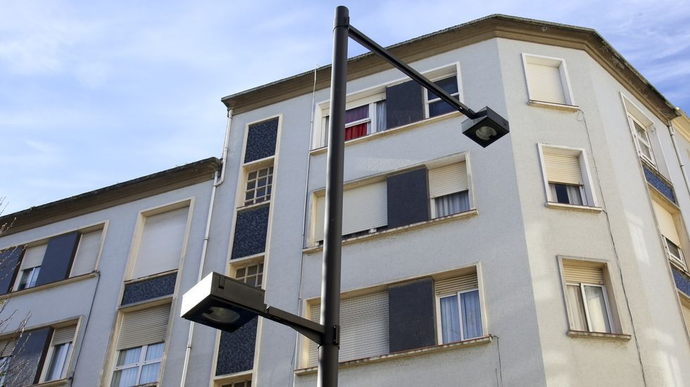El Baxi Ferrol se impone al Añares Rioja.Modelo de las nuevas farolas que se implantarán en la calle Alegre y que están instaladas ya en otros puntos del barrio, como Barrié de la Maza
