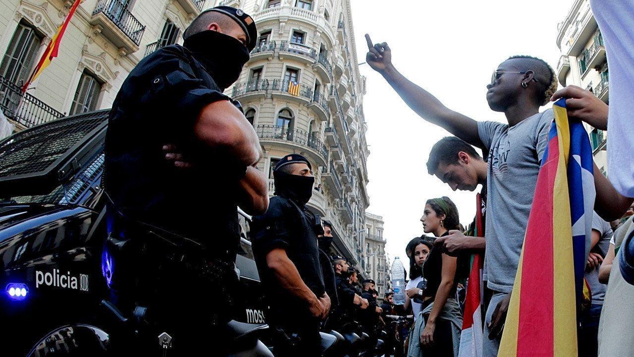 Mossos d'Esquadra protegiendo la Jegatura Superior de la Policía Nacional en Barcelona el 2 de octubre con motivo de la concentración de protesta de unos 15.000 estudiantes.