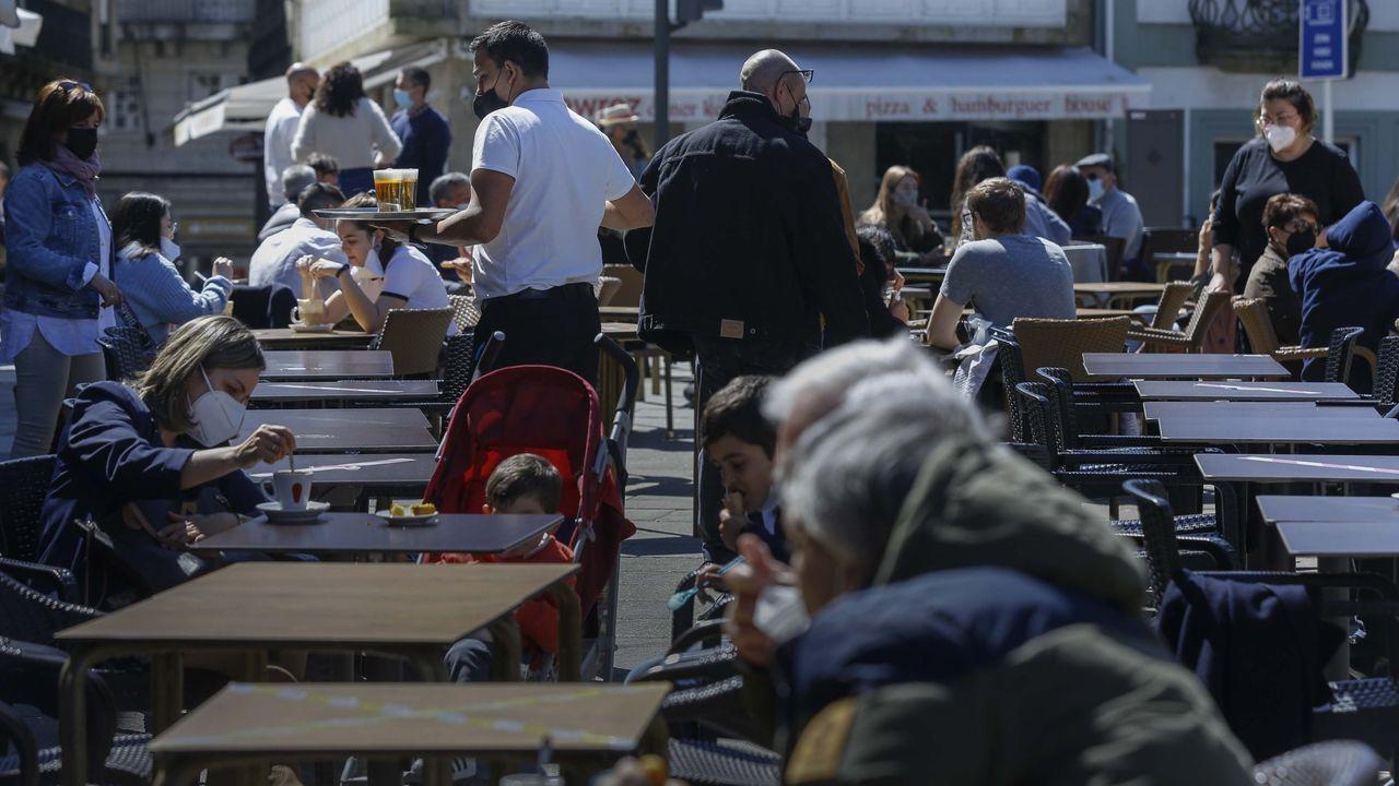 María, de Vilagarcía pero con piso de veraneo en Sanxenxo, mostrándole a Fran, responsable de la cafetería Gran Suqui, el test de antígenos negativo para poder acceder al interior del local a tomarse un café