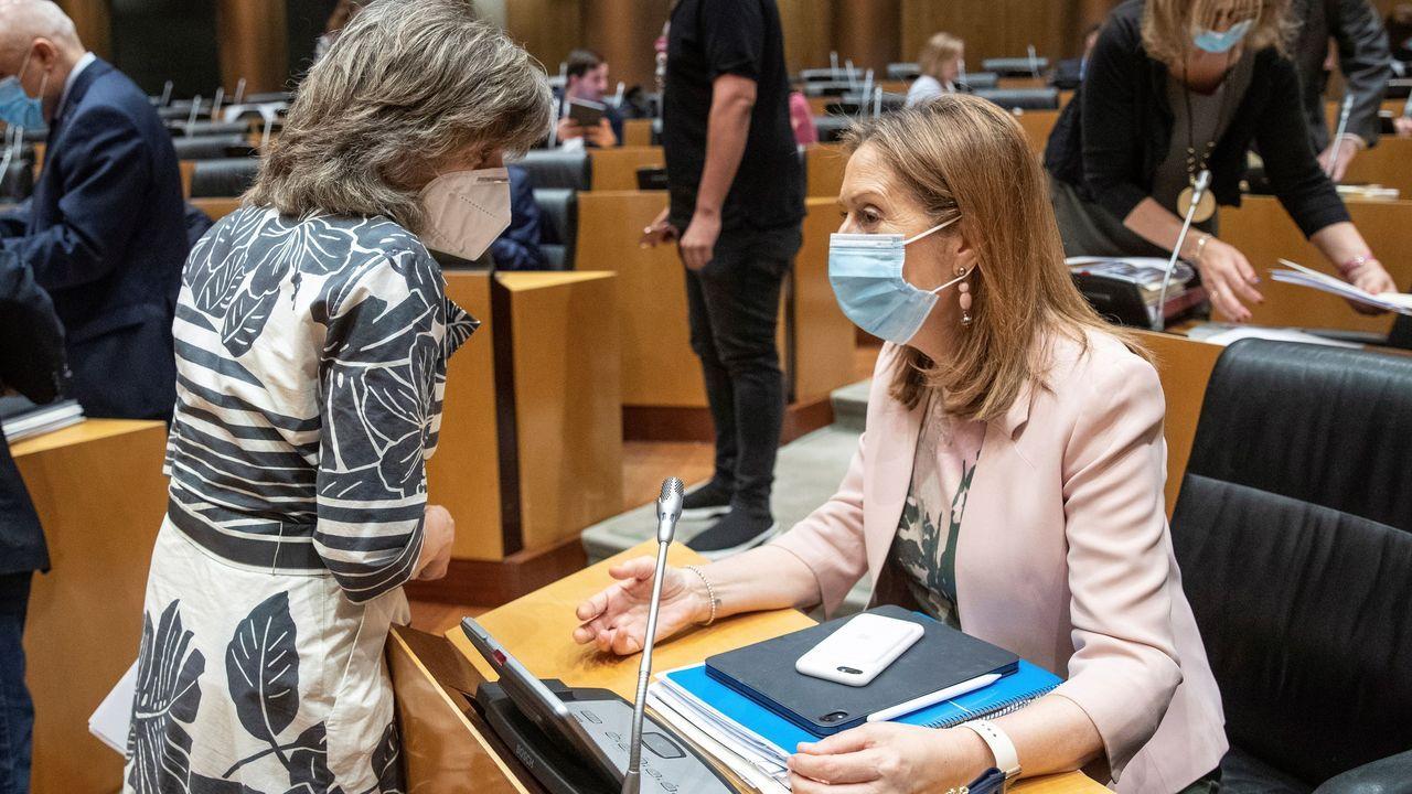 Ana Pastor conversa con la diputada socialista María Luisa Carcedo durante la sesión de la Comisión para la Reconstrucción