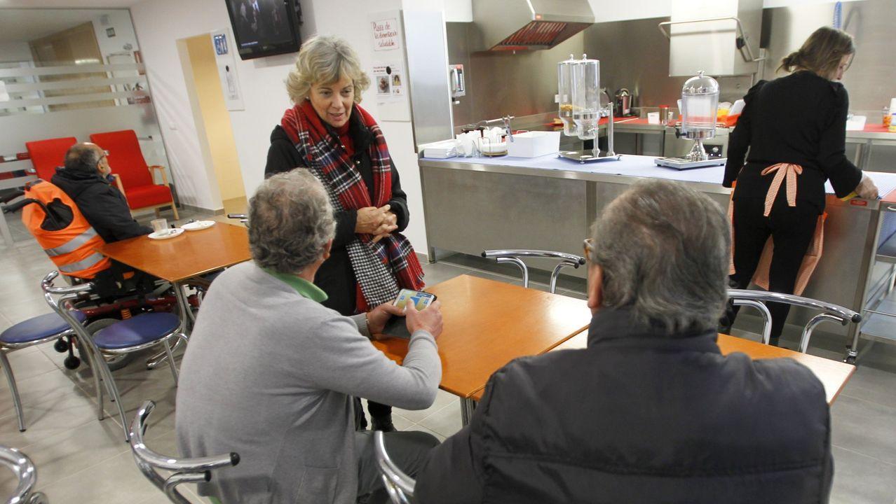 Equipo de la Cocina Económica de Gijón prepara tuppers con raciones para la comida