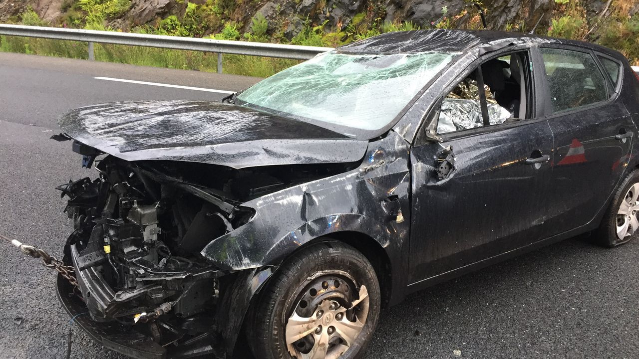 Una conductora herida tras volcar con su coche en uno de los puntos negros de la AG-55.Las autopistas gallegas son las únicas que no tienen tarifas horarias, ni bonificaciones a usuarios frecuentes ni rebajas a colectivos