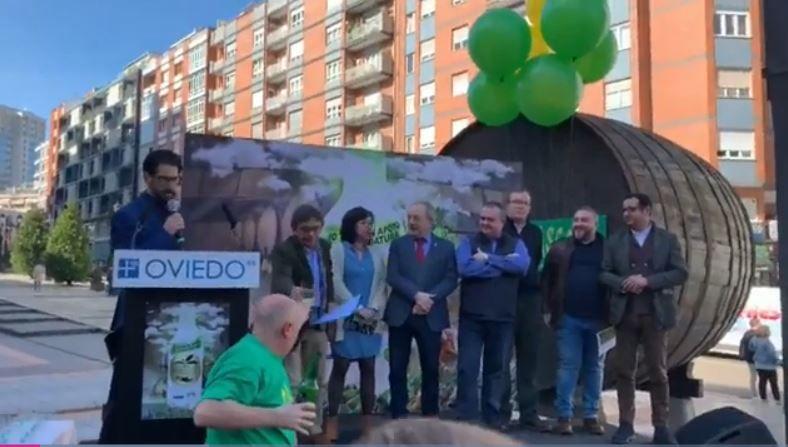 Gascona desborda apoyo a la sidra para que se convierta en Patrimonio de la Humanidad.Jorge Martínez, líder d'Illegales, va emponer a Ariel Rot n'Asturies