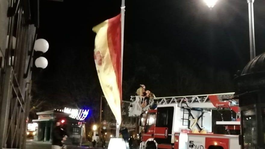 Lluvia de juguetes en las calles de A Coruña.Efectivos de Bomberos retiran la bandera de España