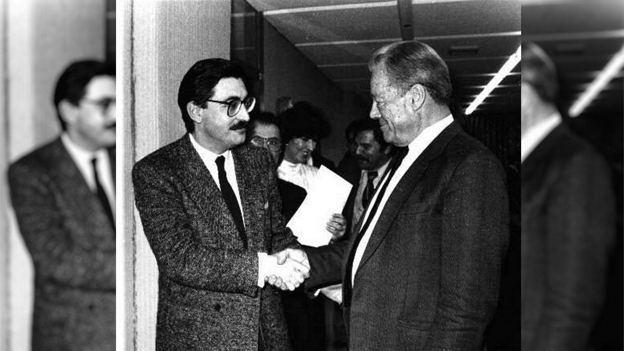 Fernández Moreda da la mano al excanciller de Alemania Occidental Willy Brandt a principios de los años ochenta