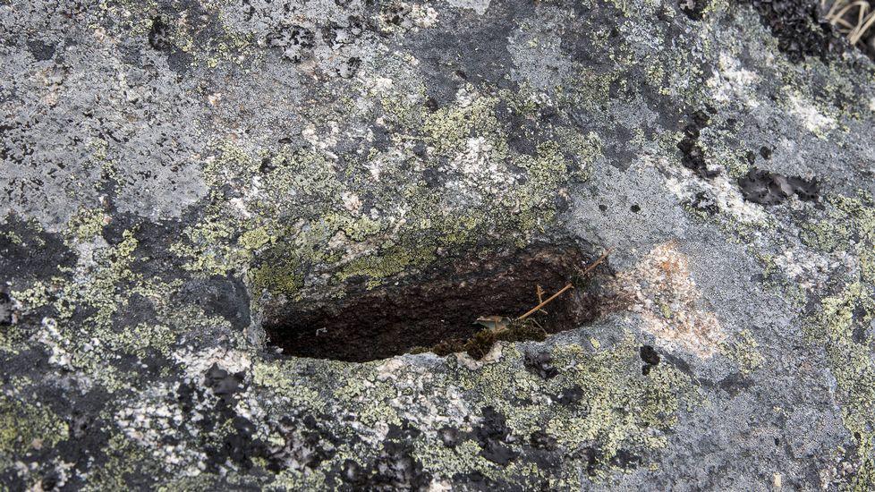 Una cuñeira o muesca abierta para hincar una cuña de madera y partir la roca