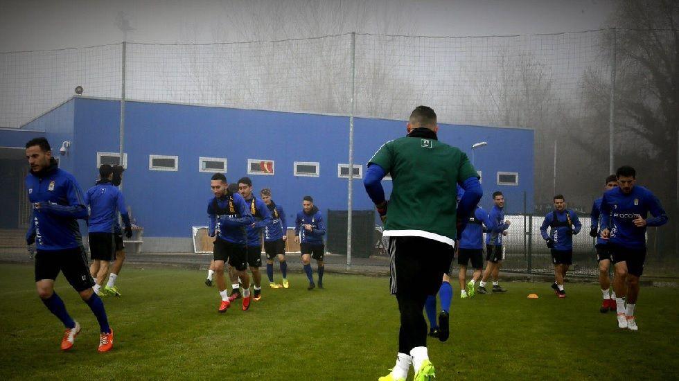 Saúl Berjón controla un balón frente al Sevilla Atlético