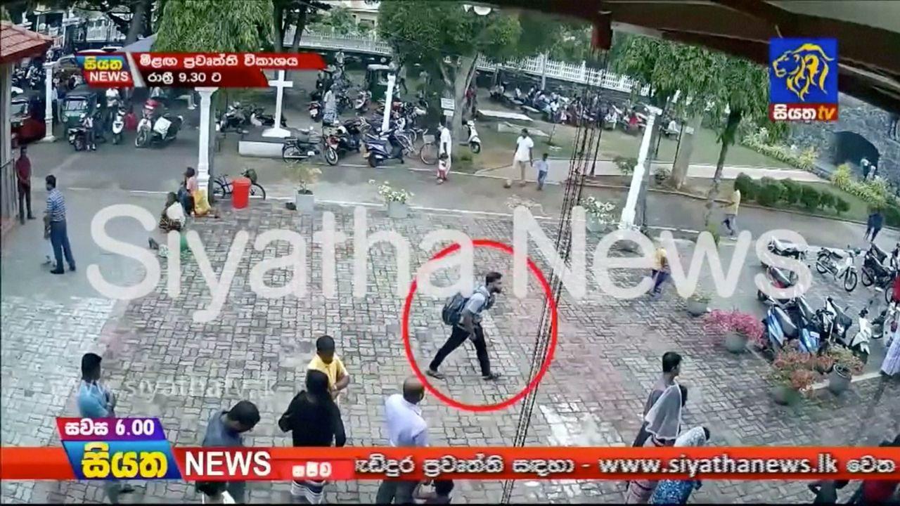 Imágenes de uno de los terroristas suicidas de Sri Lanka poco antes de provocar la masacre.Captura del vídeo en el que los terroristas reivindican la autoría de los atentados