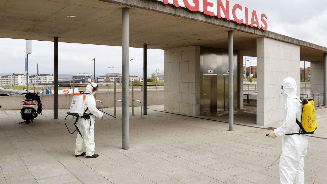 construcción trabajadores. Trabajos de desinfección este lunes en la zona de Urgencias del Hospital Universitario Central de Asturias (HUCA