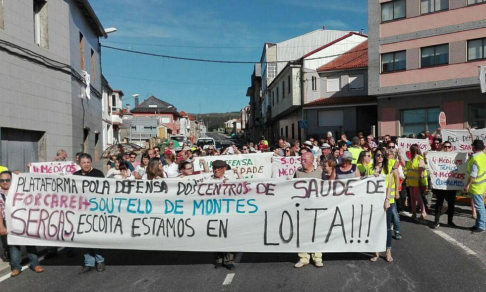 El colectivo de intérpretes de lengua de signos, en una manifestación educativa.Incendio en Santullano de Allande, con uno de los coches de la consejería (Archivo)