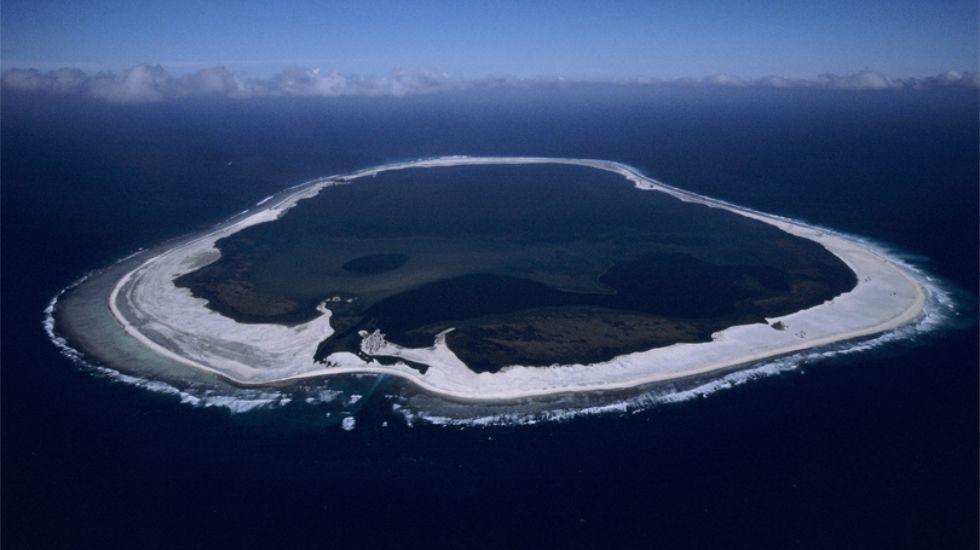 Príncipe reflexiona conSebastiao Salgado.Uno de los atolones que ya forma parte del área protegida.