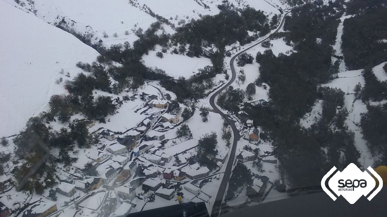 Vista aérea de Rengos, en Cangas del Narcea, bajo la nieve