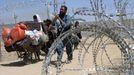 Refugiados afganos dejan su país, en la frontera paquistaní, tras la toma de Kabul por los talibanes.