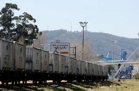 En la fotografía, un convoy de mercancías accediendo al muelle interior de la ciudad.
