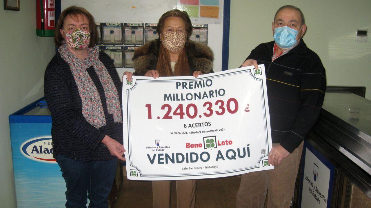 La encargada del Bar Centro, de Matodoso; la responsable de Loterías en Lugo, y el padre de la encargada del bar, de izquierda a derecha