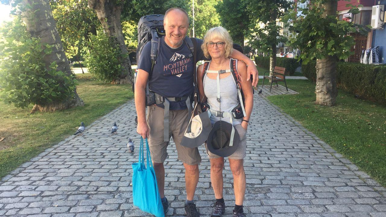 Uli y Heike, retratados cerca de la avenida de Esteiro, recién iniciada su ruta hacia Compostela