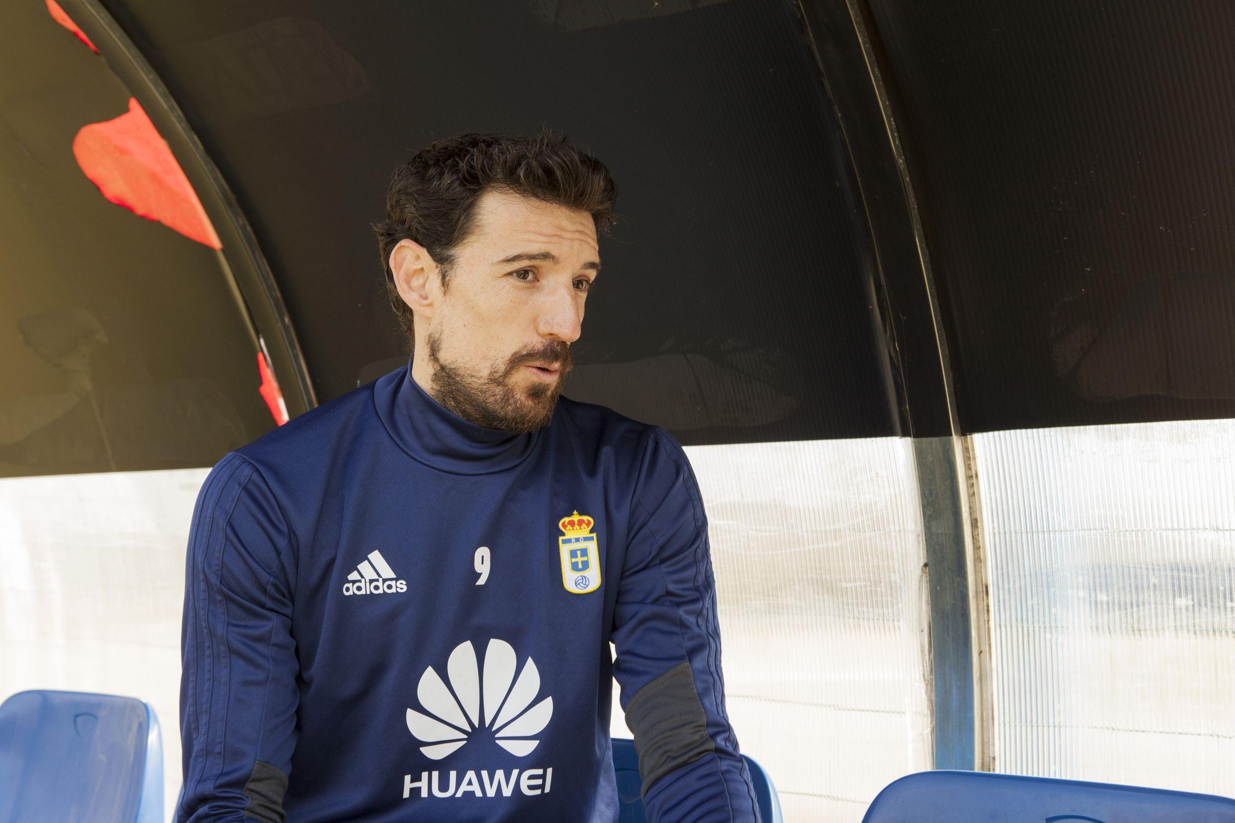 Toche Requexon Real Oviedo.Toche, durante la entrevista con Azul Carbayon