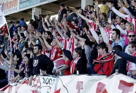 Un grupo de aficionados anima desde el fondo norte en el choque ante el Alcorcón.