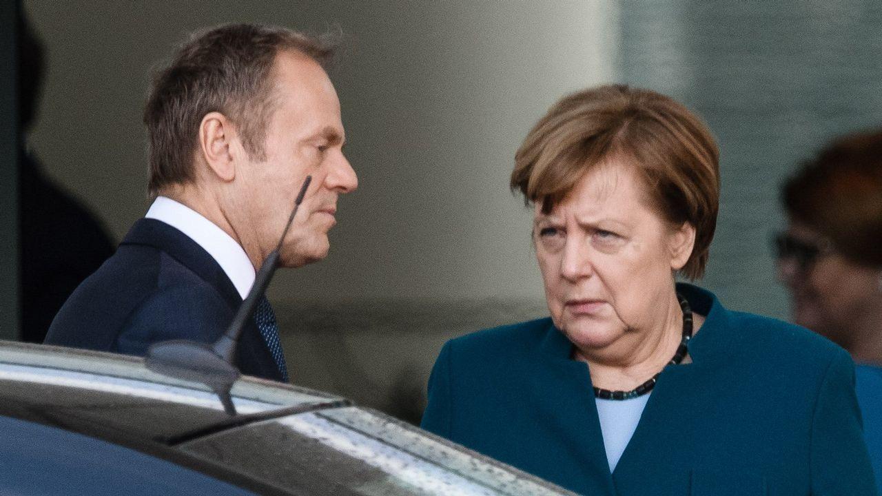 El presidente del Consejo Europeo, el polaco Donald Tusk, y la canciller alemana, Angela Merkel, se despiden tras su reunión de ayer