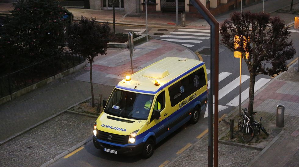 Aplausos a las ambulancias de los vecinos de San Antoniño