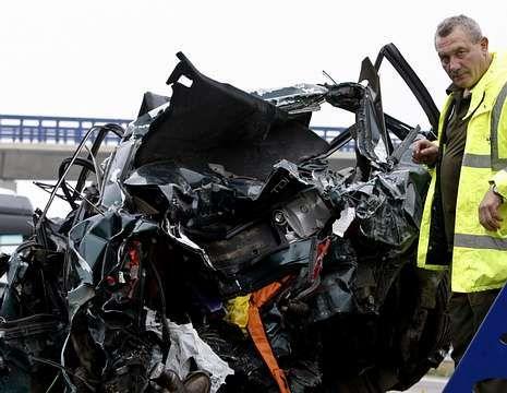Comienzan las obras de mejora en el tramo accidentado de la A-8.Domingo viajaba en su Audi 80 que, como se puede apreciar en la foto, quedó completamente destrozado.