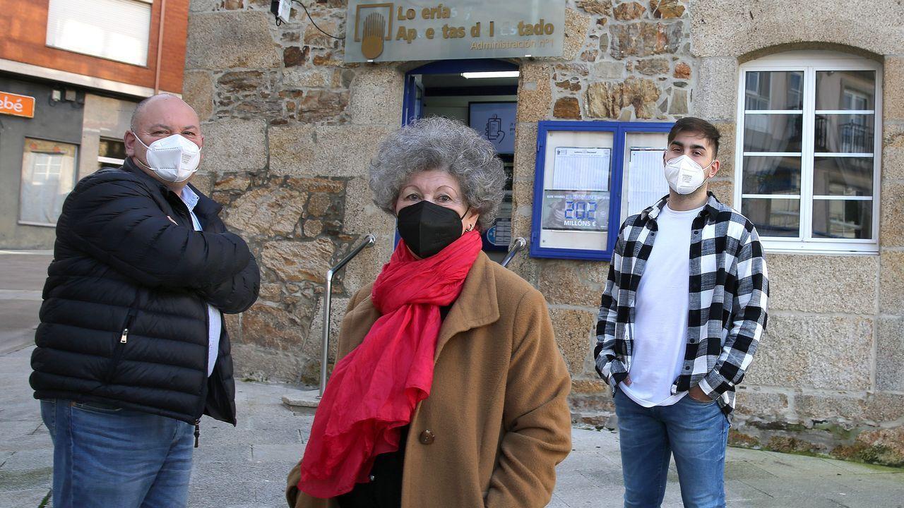 Rosita Martínez, en el centro, acompañada de su hijo y su nieto, ambos Joaquín Valeiras, que ahora se encargan de llevar las riendas de la primera administración de lotería de Ribeira