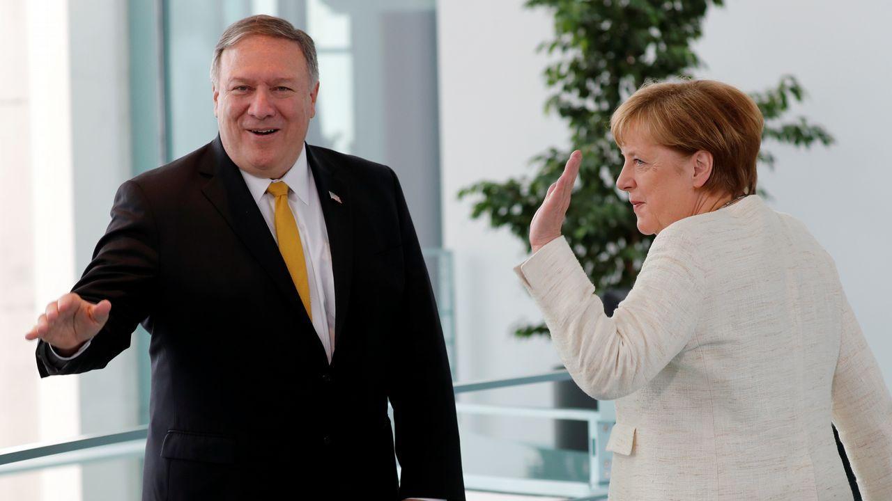 Regresan los temblores de Merkel durante un acto oficial.Mike Pompeo y Angela Merkel, ayer, durante la visita del secretario de Estado a Berlín.