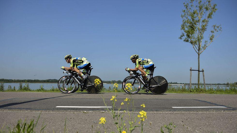 Contador rodando junto a tres compañeros de equipo.