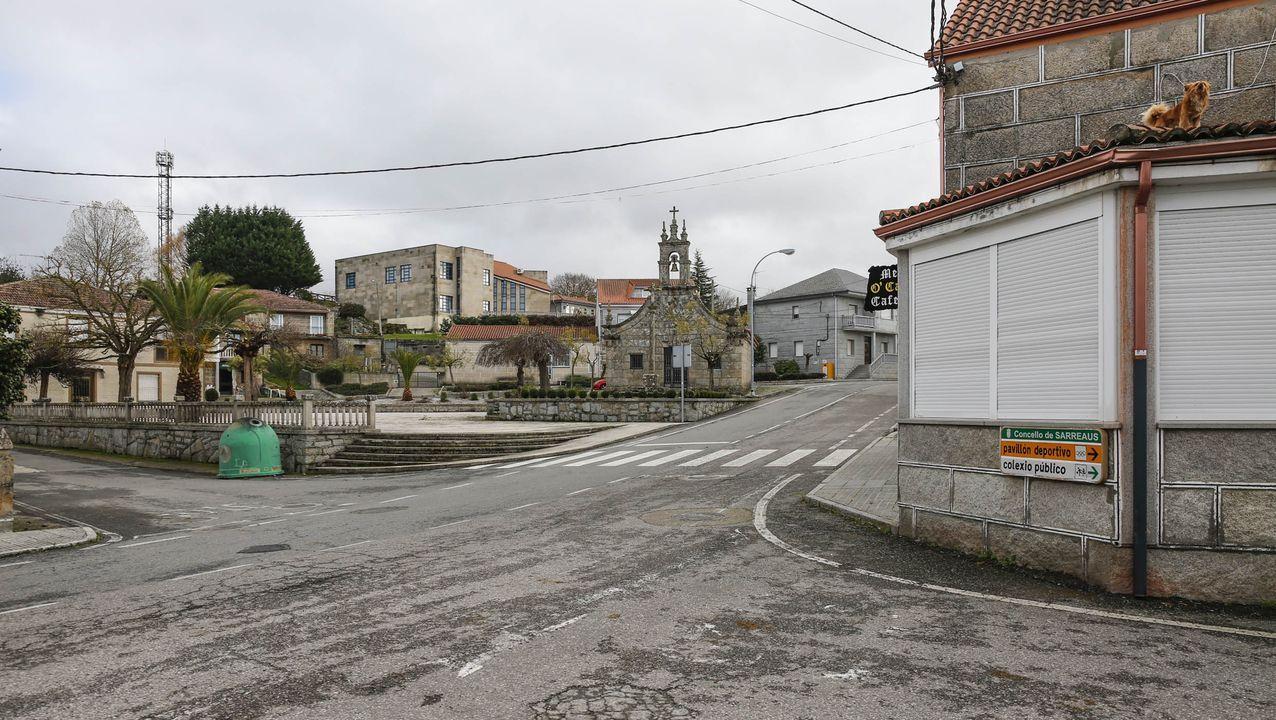 Sarreaus estaba prácticamente desierto la mañana del sábado. Los dos bares, cerrados, uno de ellos ya antes de las nuevas restricciones