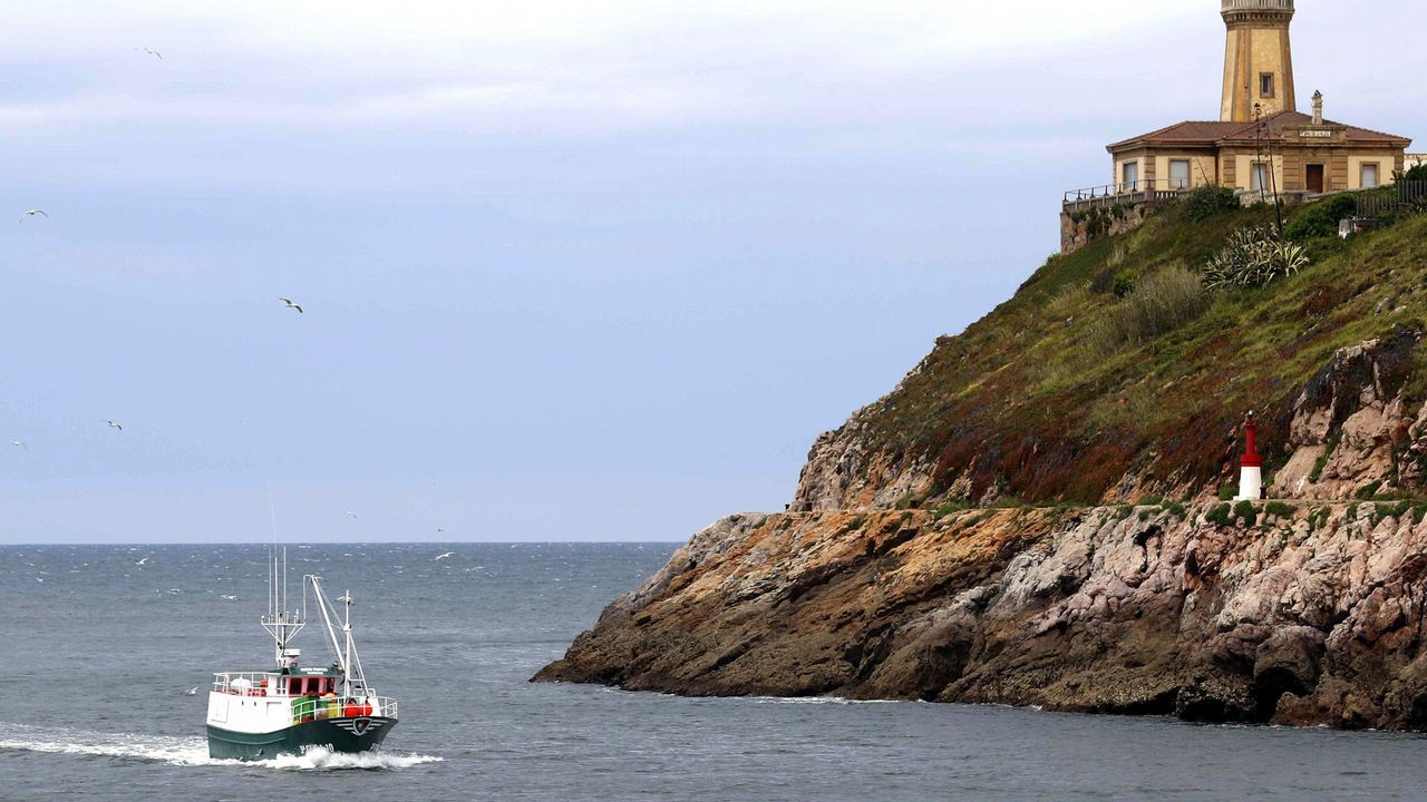 Un barco pesquero entra en el puerto de Avilés