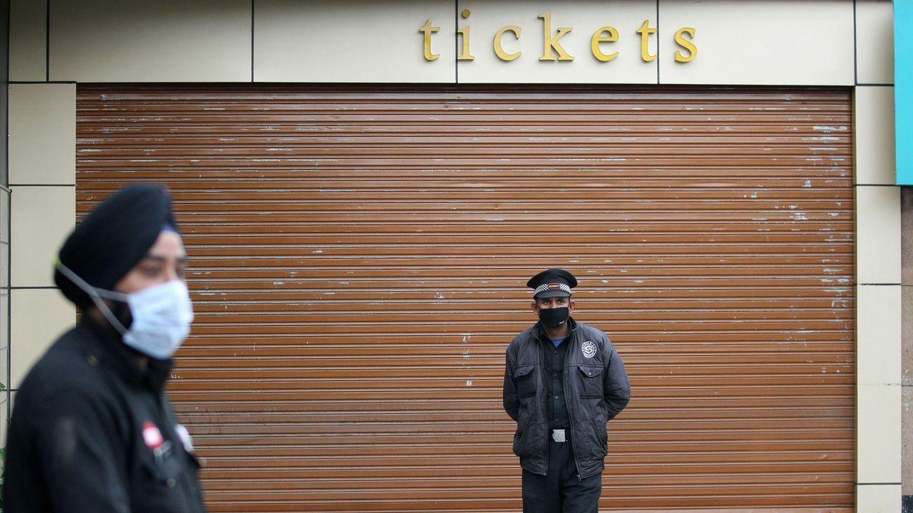 Un cine cerrado en una calle de Jammu (India)