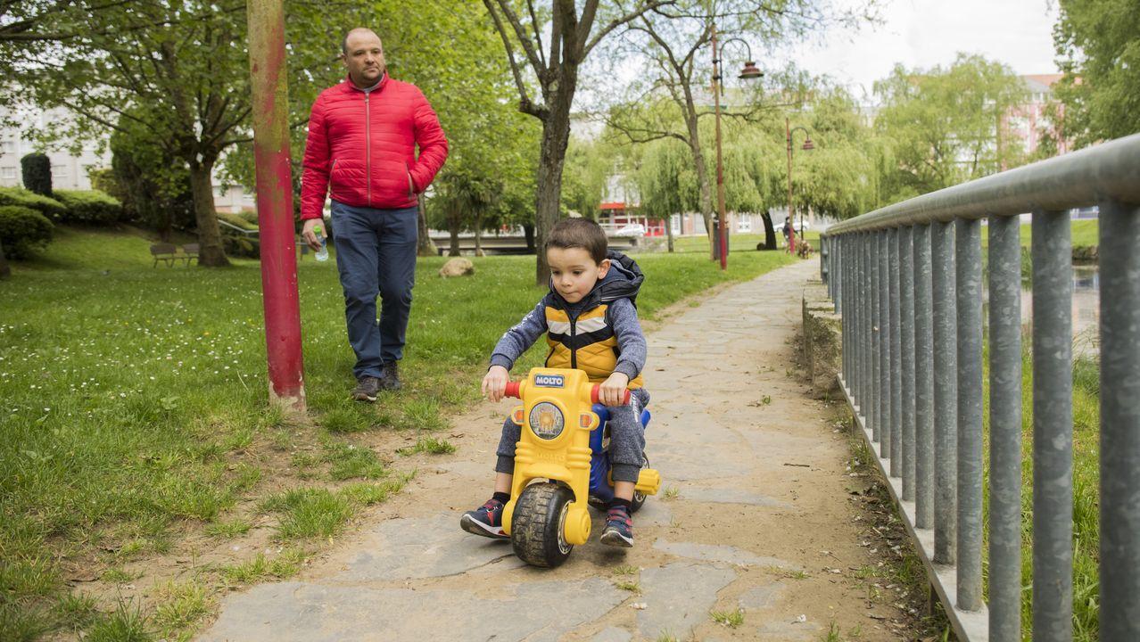 Jose Manuel disfruta con su hijo Iker en el parque del San Martiño, en Carballo