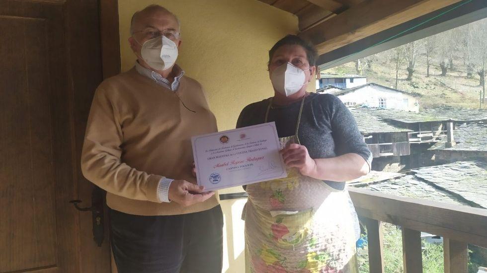 Maribel Raposo recibió el diploma de manos del vicepresidente de la academia