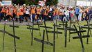 Cruces por los posibles desempleados de Vestas, con el peto naranja en una manifestación en Viveiro