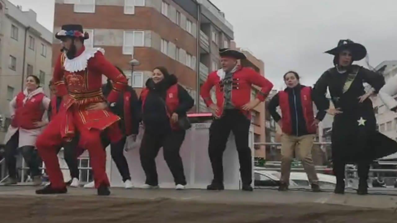 Telmo Martín , alcalde de Sanxenxo, lo da todo en el escenario por el entroido.Enterro do Meco en Vigo, este miércoles