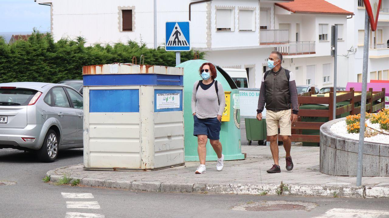 Imagen de gente paseando por Carnota, municipio que suma un total de 21 positivos en dos semanas
