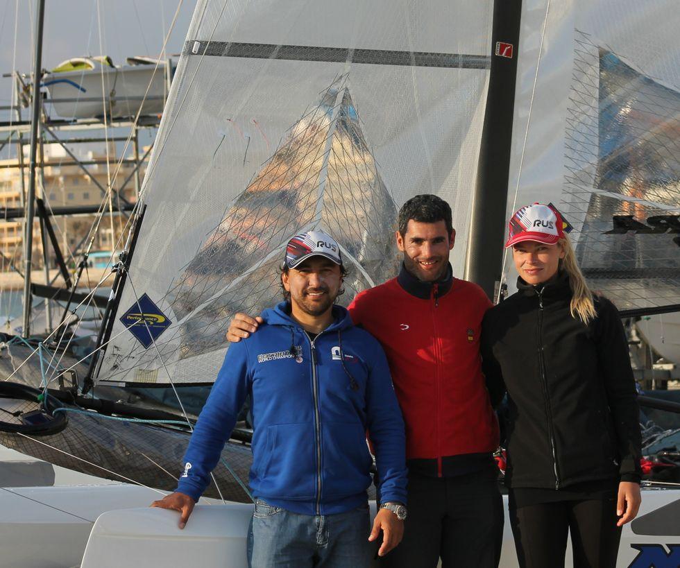Antón Paz, no centro cos tripulantes do Nacra 17 que adestra.