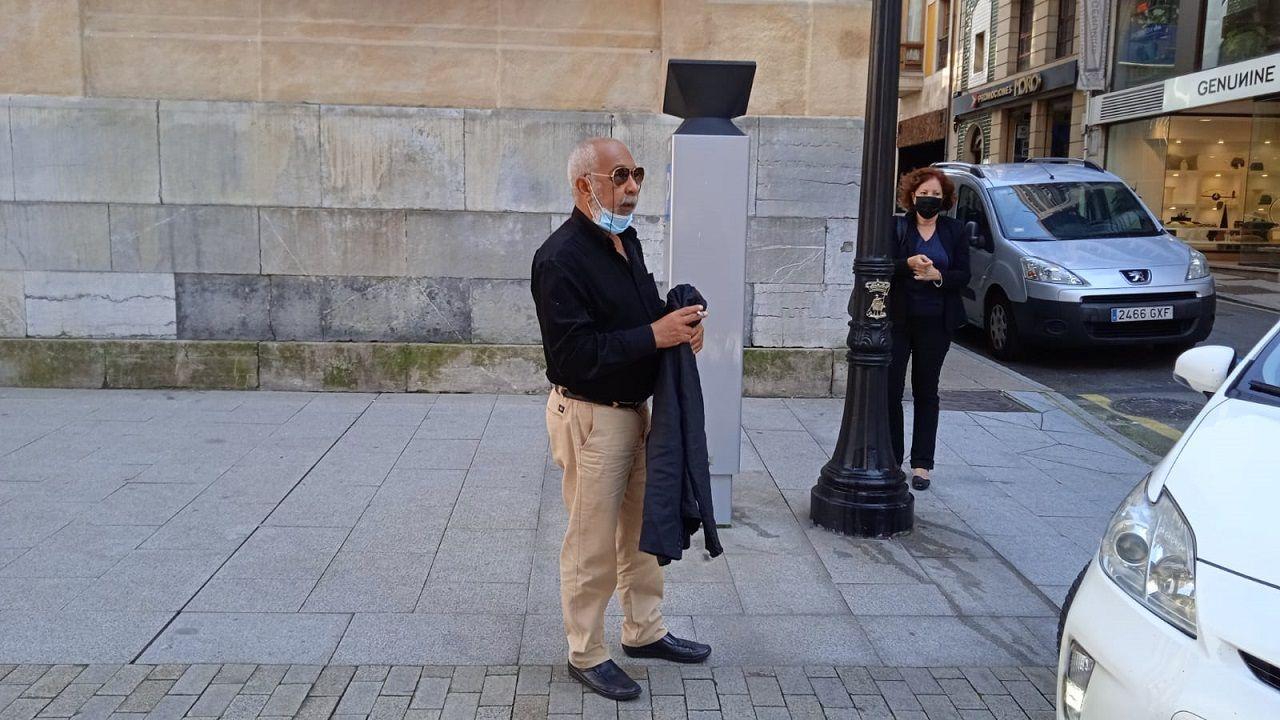 Leonardo Padura a su llegada a la antigua Escuela de Comercio de Gijón