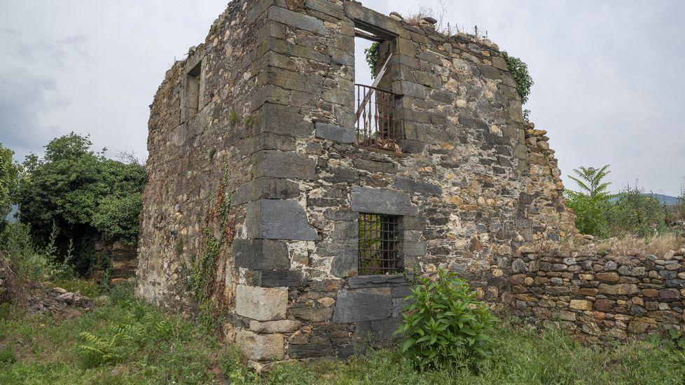 Ruinas de un edificio que perteneció al antiguo monasterio de San Clodio de Ribas de Sil
