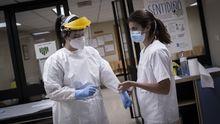 Dos de las sanitarias que hacen las pruebas PCR en Ourense