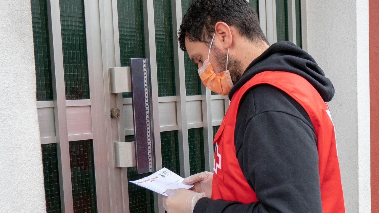 Entrega de vales de compra que realiza la Cruz Roja en 500 domicilios de la provincia de Lugo