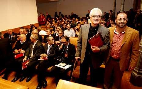 Víctor Freixanes e Henrique Monteagudo festexaron en Santiago o aniversario da publicación.