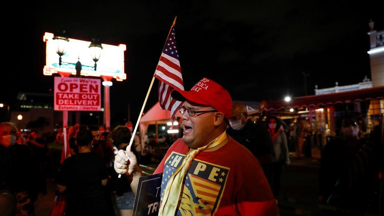 Un partidario de Trump en una fiesta fuera de un restaurante de Miami